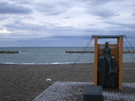 Unohama Onsen: 鵜の浜海水浴場の人魚像