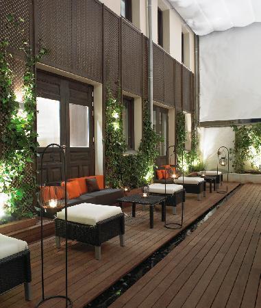 Hotel Hospes Puerta de Alcala: Lounge Patio area