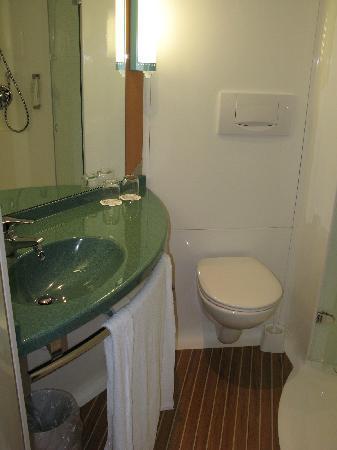 Ibis Fulda City: bathroom