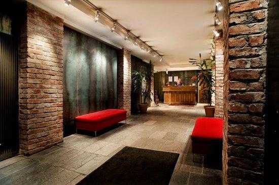 Hotel Hellsten: Front Desk