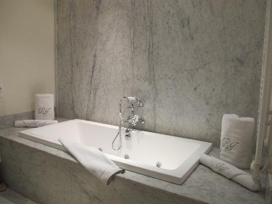 Riad Idra: Bathtub