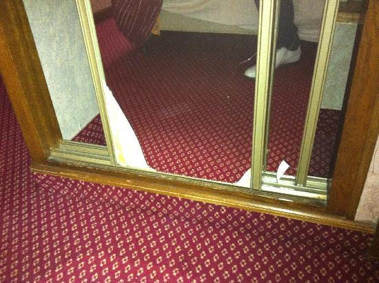 Hotel Meslay Republique: Broken mirror