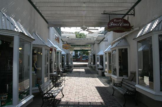 Hampton Inn Leesburg - Tavares: Historic Mt.Dora is home to great shopping and fine dining.