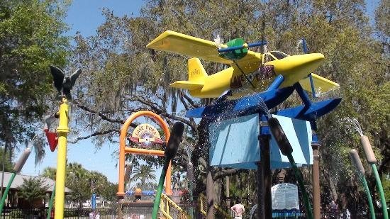 Hampton Inn Leesburg - Tavares: Family fun at the Tavares Splash park and Wooten Wonderland.
