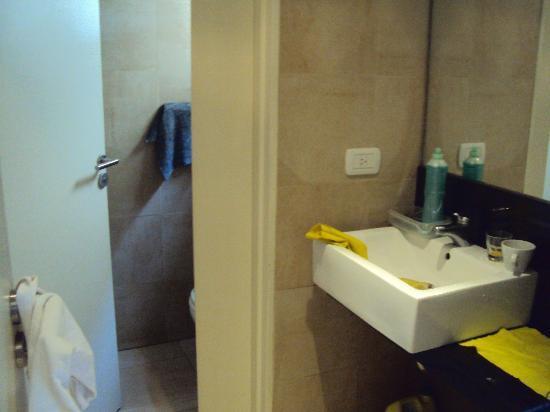 7.-Bs.As- Esplendor Palermo Hollywood: baño donde vi que lavaban la vajilla del desayuno