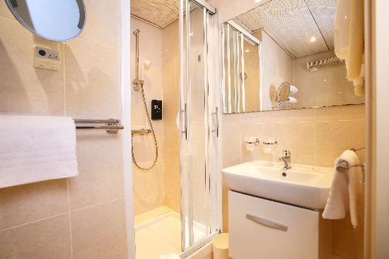salle de bain photo de libertel gare de l 39 est fran ais paris tripadvisor. Black Bedroom Furniture Sets. Home Design Ideas