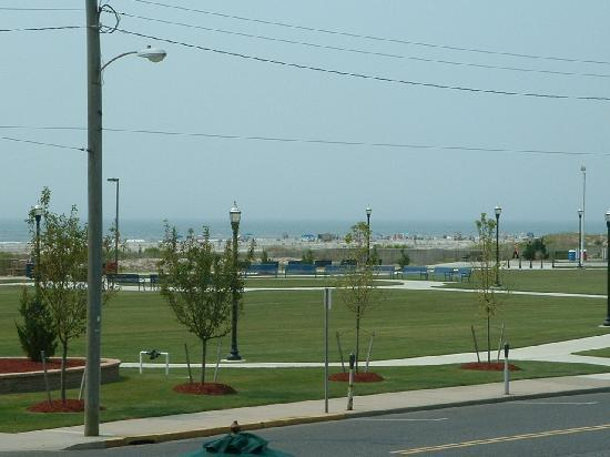 V.I.P. Family Motel: Park across the street (which extends more to the right of this pic) with the beach in the backg