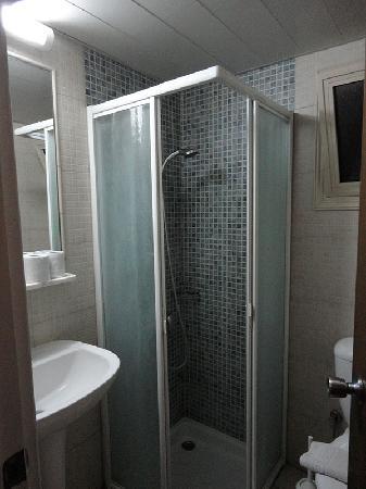 Pyramos Hotel: Bath