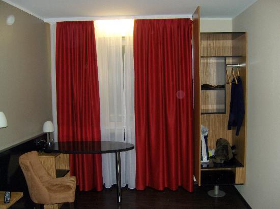 Schreibtisch, Fenster zur Strasse + Schrank - Picture of Hotel ...