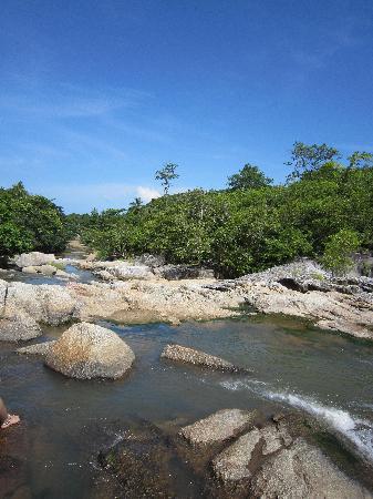 Hat Sadet Beach: Воды в реке немного (июль)