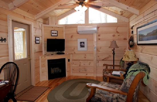 Pine Gables Cabins: Living Room