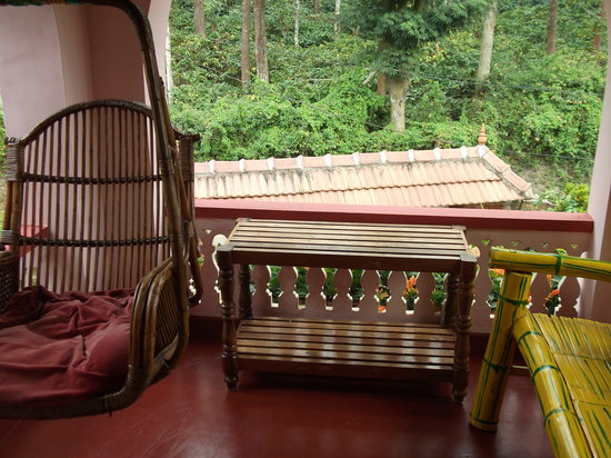 Mickey's Homestay: Sit-out with bench and swing-chair