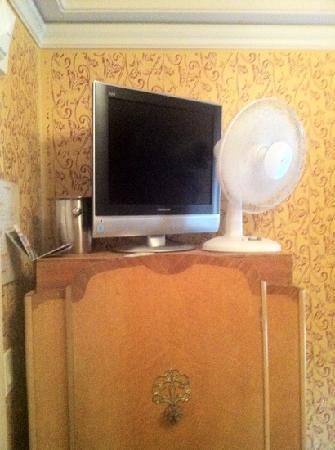 นอบฮิลล์โฮเต็ล: The rotisserie chicken fan on top of the wobbly furniture.