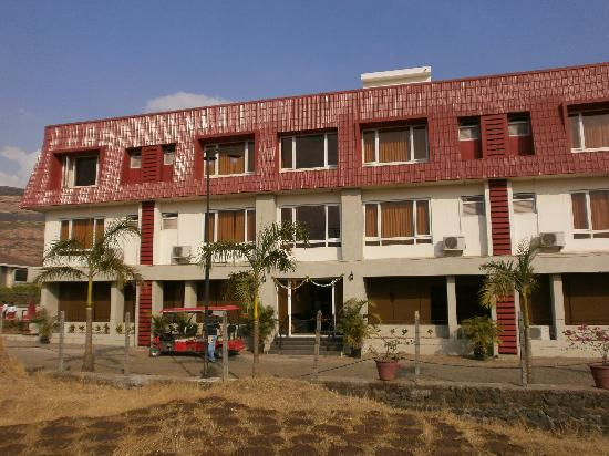 Igatpuri, Индия: Front view of the resort building