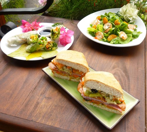Lilly's Cafe: Spring rolls, delicious salad and Muffeletta