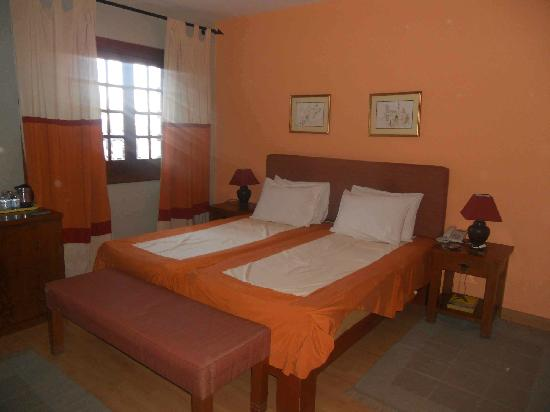 Hotel Longchamps : Superior Room #4 Bed View (not remodeled)