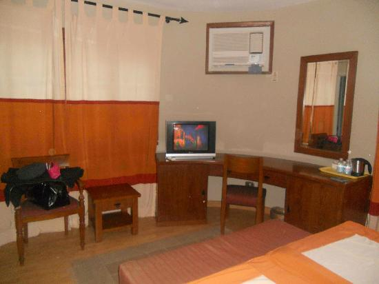 Hotel Longchamps : Superior Room #4 (not remodeled)