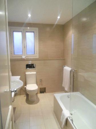 Hotel Longchamps : Superior room bathroom (only bathroom remodeled)