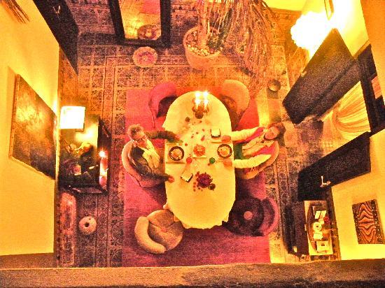 Riad Alech : Sala principale dove abbiamo mangiato una cena a 5* cucinata da Bouchra e servita da Daniel i pr