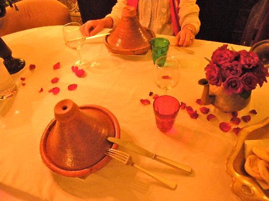 Riad Alech : Il piatto tradizionale del Tajine servito con gamberetti. Eccellente.