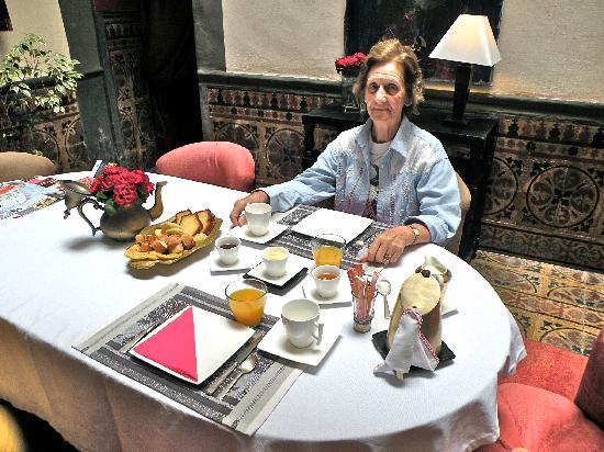 Riad Alech : La colazione è anche servita nel salone principale. Ottima.