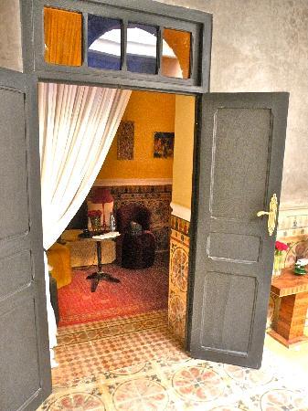 Riad Alech : L'entrata  della nostra camera al primo piano. decorata nei minimi dettagli, e pulitissima.