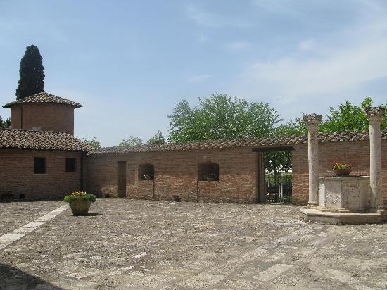 Castello di Leonina Relais: la corte e il pozzo