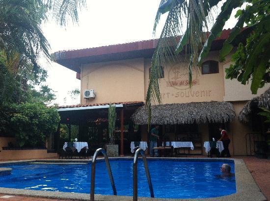 Villa del Sueño: Pool and restaurant