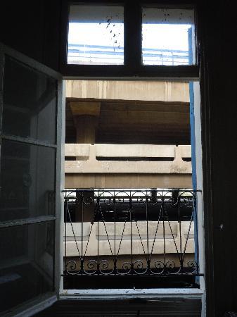 Saifi Urban Gardens: Vue de la fenêtre de la chambre...