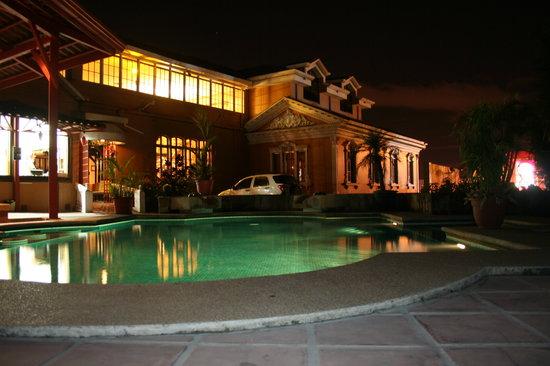 Hostel Toruma: piscina y vista de la casa