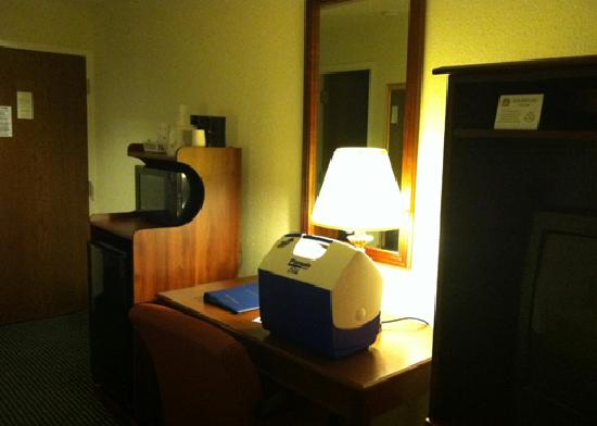 Baymont Inn & Suites Hagerstown: Mini fridge & microwave in our room