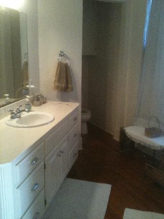 Broadway House Bed & Breakfast: Nice bathroom attached to bedroom