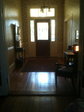Broadway House Bed & Breakfast: Entry way with beautiful front door