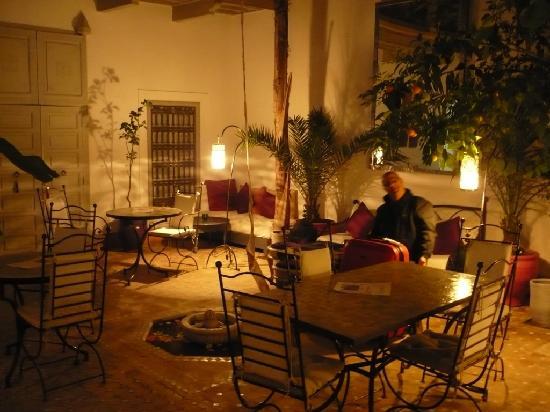 Riad Dar Nabila: Riad courtyard at night