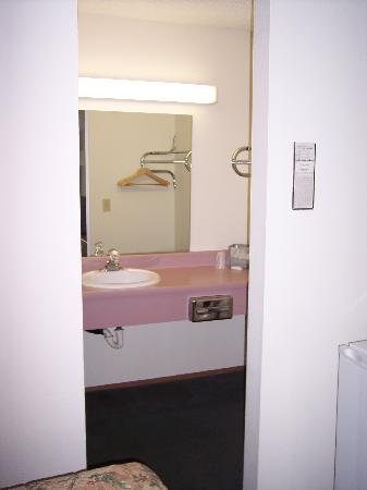 Sumner Motor Inn: Bathroom2