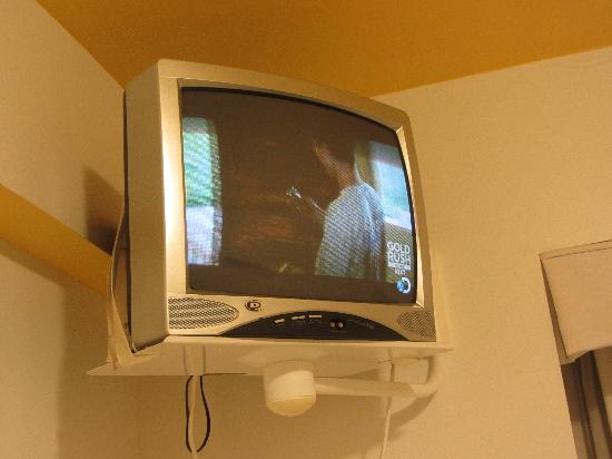 Hotel Dolce Villa: bedroom TV, no usb ports or dvd, local cable only no ppv either