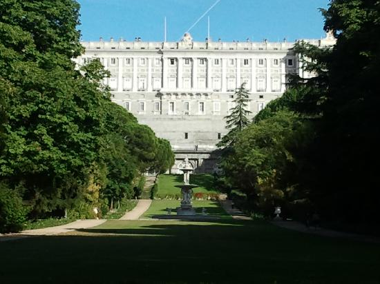 Palacio real de madrid espa a jardines del moro photo for Ibis paseo del prado