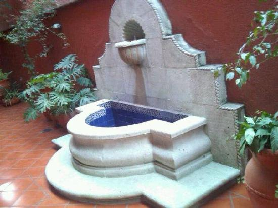 Suites del Centro: a fountain in the hallway