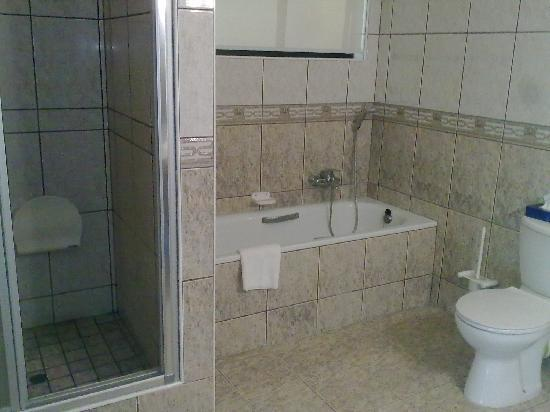 Hotel Thule: Large bathroom with both shower and tub