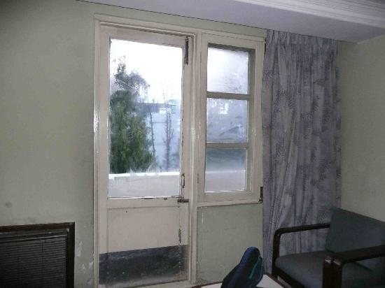 Hotel Mountain: 窓枠は木製