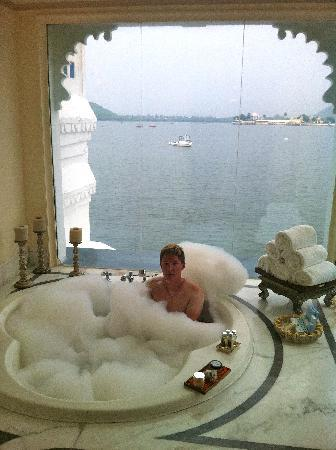 Taj Lake Palace Udaipur : Alex will forgive me for posting this amazing picture of our bathroom jacuzzi!