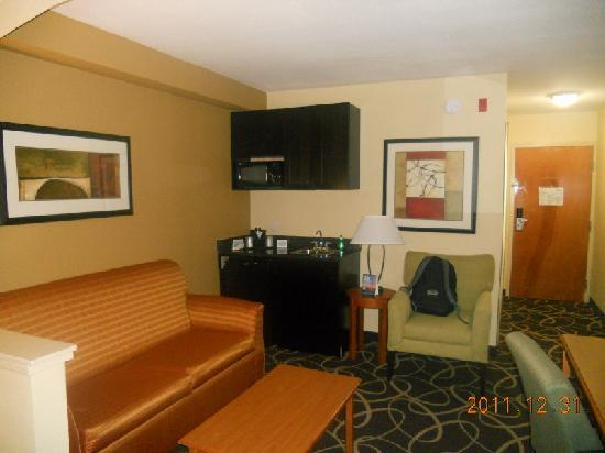 Holiday Inn Express Stone Mountain: Sitting area with Kitchenette