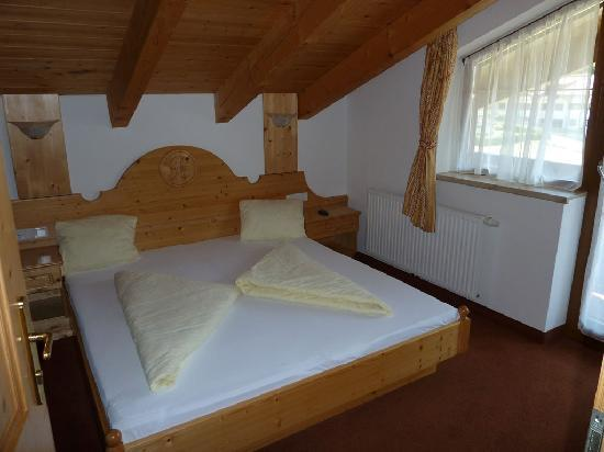 Waldele Pension: One of the two bedrooms.