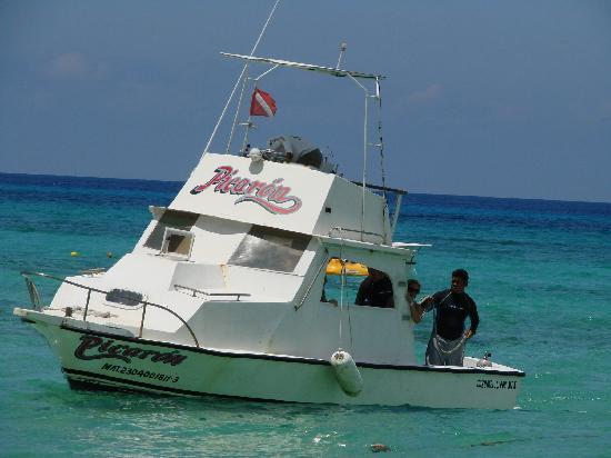 Palancar Reef : Snorkle tour boat off the beach