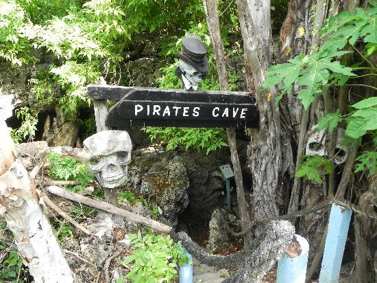 7 Mile Beach Resort and Club: Pirates Cave