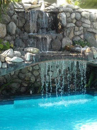 Diving Pelican Inn: Beautiful pool with waterfall