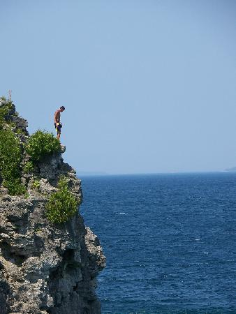 Bruce County, Canada: Immense cliffs on the Niagara Escarpment