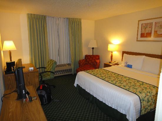 Fairfield Inn & Suites Dallas DFW Airport North/Irving: Bedroom & Sitting Area
