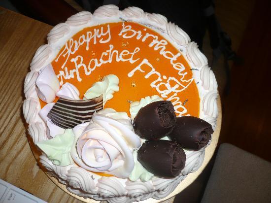 โรงแรมไรซิ่งดรากอน: Birthday cake