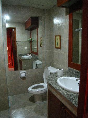 Kelly's Residency: bathroom